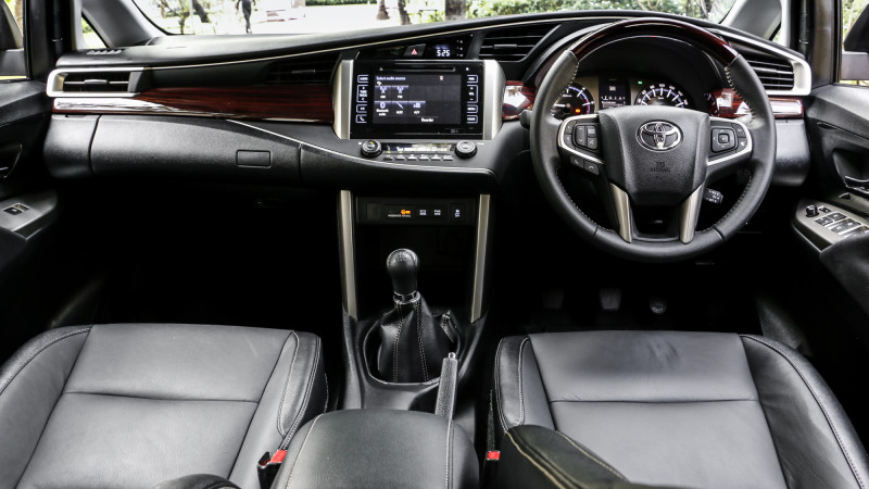 toyota innova crysta images photos and picture gallery 206568 cartrade. Black Bedroom Furniture Sets. Home Design Ideas